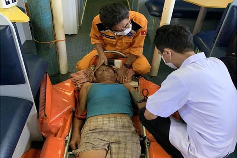 Cứu kịp thời một ngư dân bị đột quỵ trên biển - ảnh 1