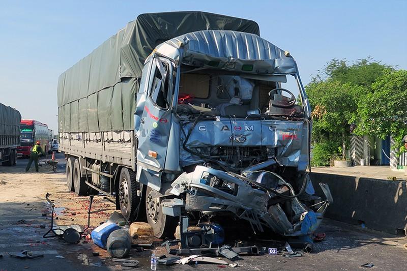 Tông xe tải đang dừng đèn đỏ, tài xế tử vong trong cabin - ảnh 1