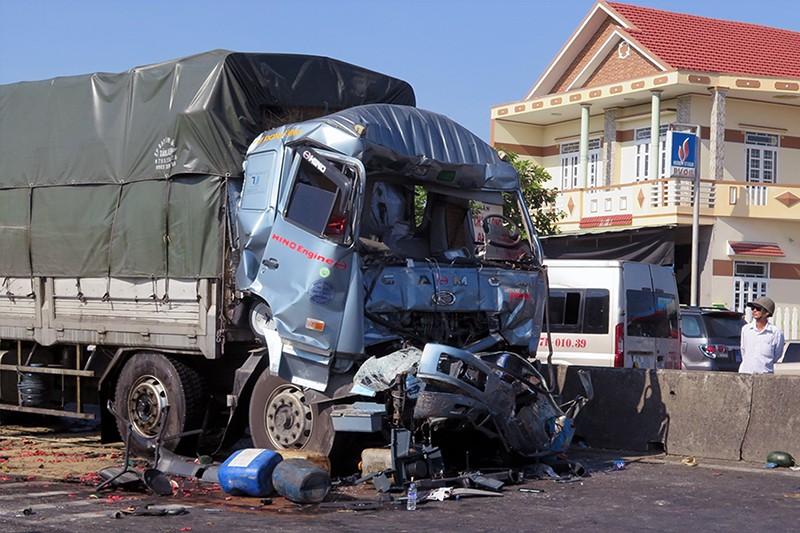 Tông xe tải đang dừng đèn đỏ, tài xế tử vong trong cabin - ảnh 2