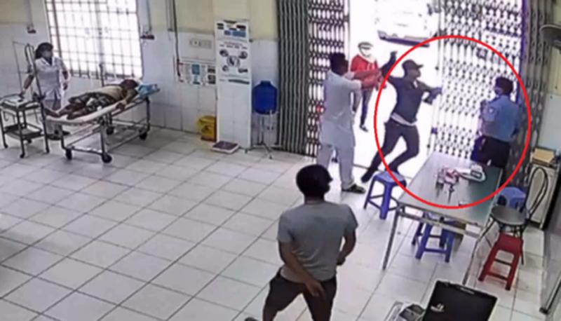 Dùng dao tấn công bảo vệ vì bị nhắc đeo khẩu trang - ảnh 2
