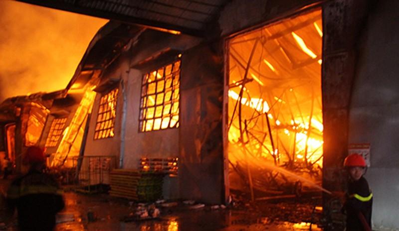 Nhà xưởng 3.000 m2 chứa đồ gỗ xuất khẩu bị cháy rụi - ảnh 1
