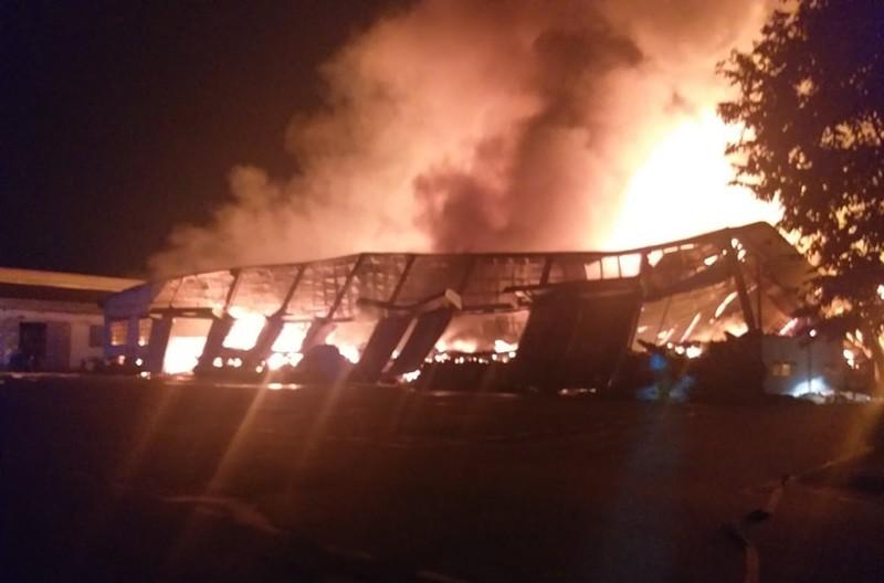 Nhà xưởng 3.000 m2 chứa đồ gỗ xuất khẩu bị cháy rụi - ảnh 2