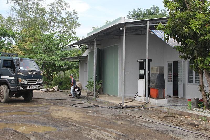 Tự ý san ủi cả quả đồi để xây nhà, làm bãi đậu xe, cột bơm dầu - ảnh 3