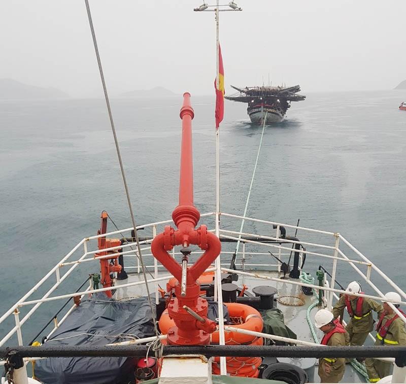 Cứu 39 ngư dân trên tàu câu mực bị nạn - ảnh 1