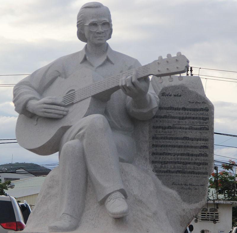 Đặt tượng Trịnh Công Sơn bên 'Biển nhớ' Quy Nhơn - ảnh 1