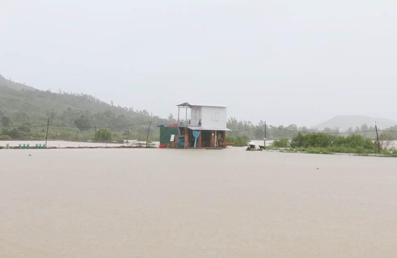 Giải cứu hàng trăm người bị kẹt trong lũ ở Khánh Hòa - ảnh 2