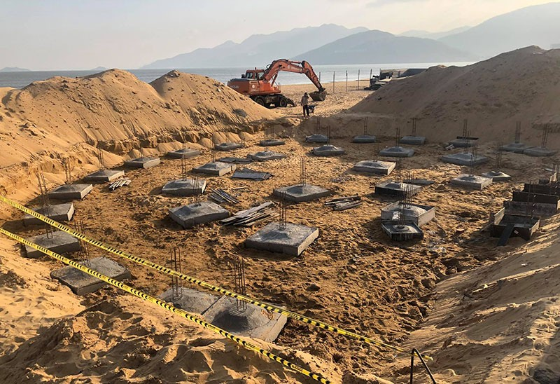 Buộc tháo dỡ công trình không phép trên bãi biển Quy Nhơn - ảnh 1