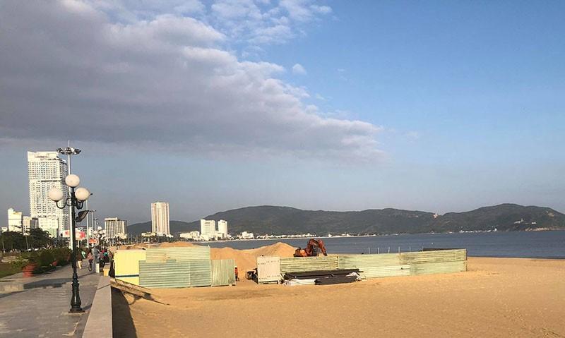 Buộc tháo dỡ công trình không phép trên bãi biển Quy Nhơn - ảnh 2