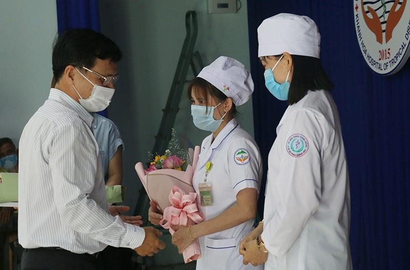 Khánh Hòa: 100 nhân viên y tế được tiêm vaccine COVID-19 - ảnh 3