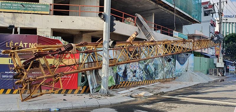 Tuy Hòa: Cần cẩu hơn 20 m rơi từ tầng 20, dân hú vía - ảnh 1
