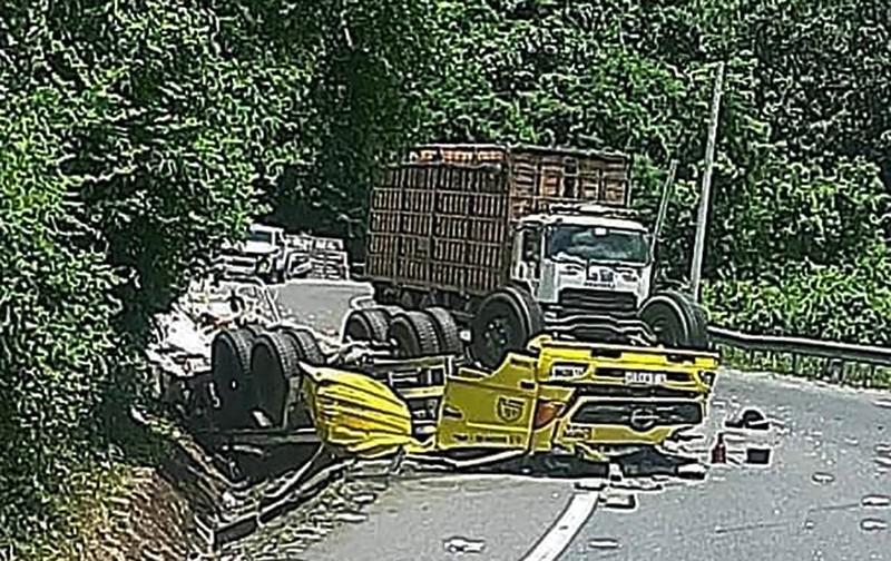 Xe tải đổ đèo Cù Mông đâm vào vách núi, 2 người chết  - ảnh 2