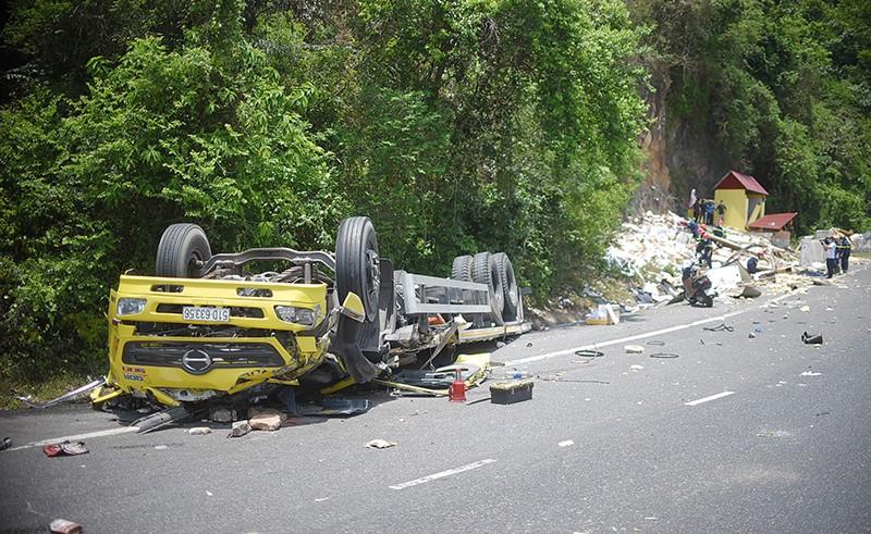 Xe tải đổ đèo Cù Mông đâm vào vách núi, 2 người chết  - ảnh 1