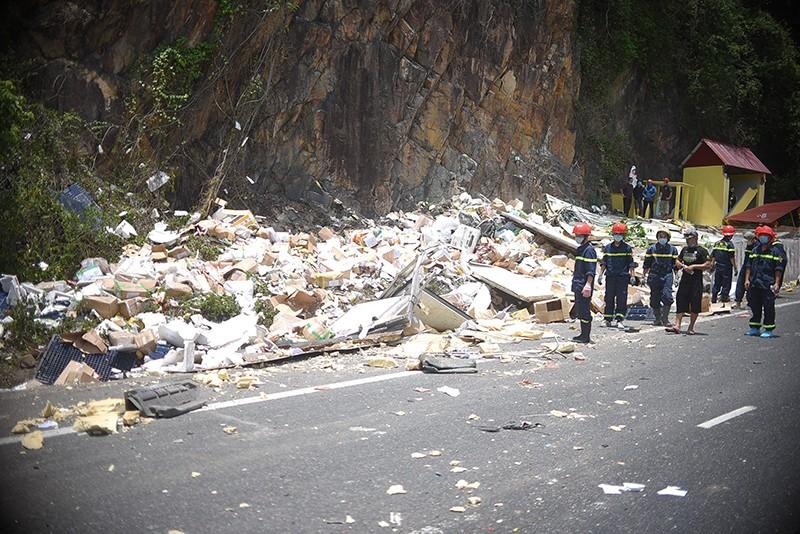 Xe tải đổ đèo Cù Mông đâm vào vách núi, 2 người chết  - ảnh 3