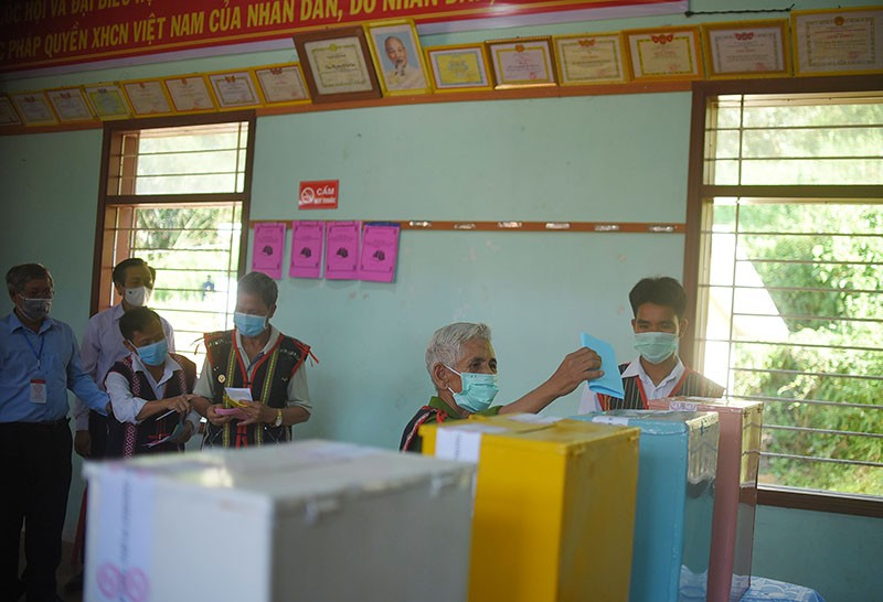 10 làng xa xôi nhất ở Bình Định bỏ phiếu bầu cử sớm - ảnh 1