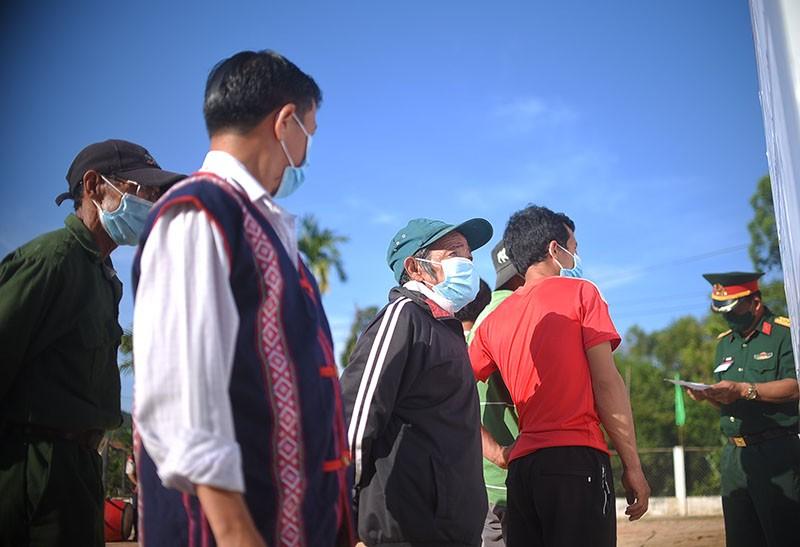 10 làng xa xôi nhất ở Bình Định bỏ phiếu bầu cử sớm - ảnh 3