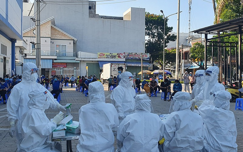 20 nhân viên y tế ở Phú Yên bị nhiễm COVID-19 khi chống dịch - ảnh 1