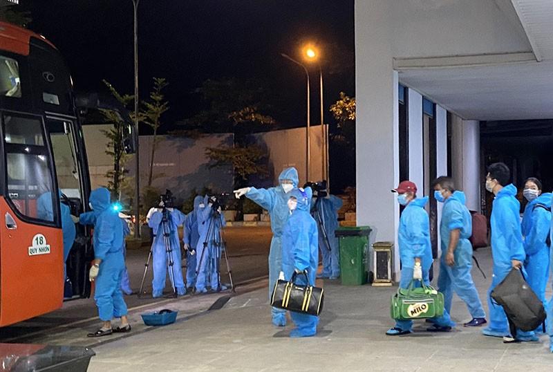 Thêm 5 chuyến bay đưa người dân Bình Định từ TP.HCM về quê - ảnh 1