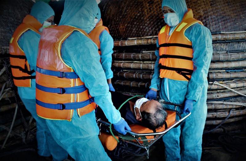 Tàu kiểm ngư cứu ngư dân bị nguy kịch ở Trường Sa - ảnh 1