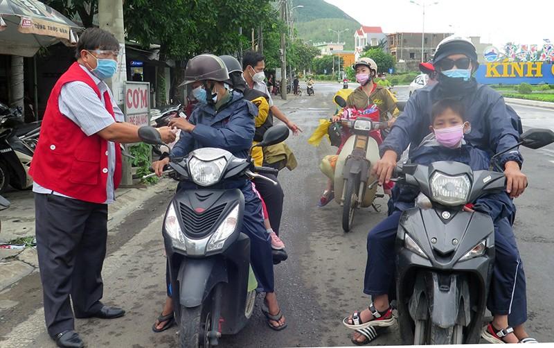 Phú Yên lập điểm trợ giúp người dân các tỉnh về quê - ảnh 1