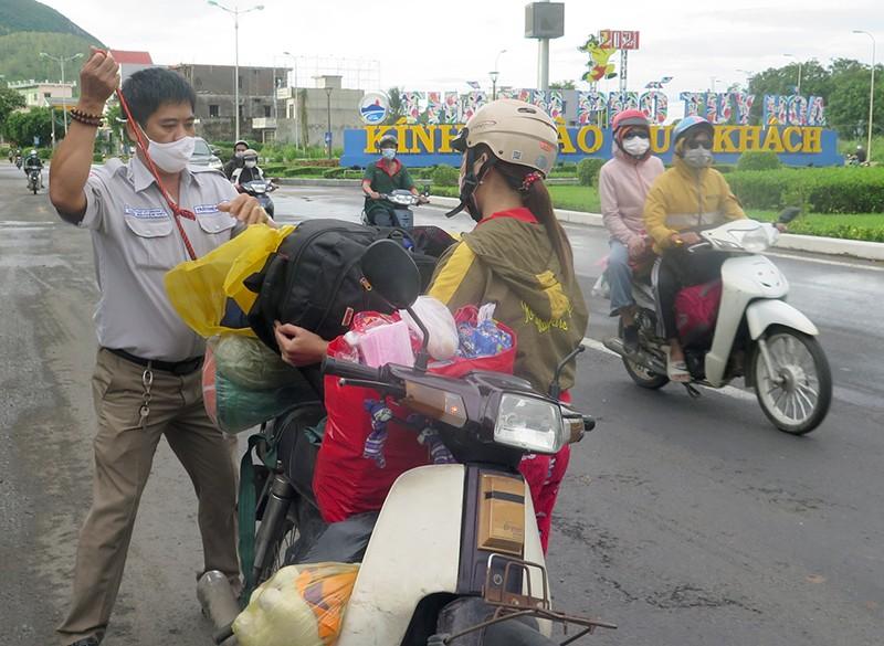 Phú Yên lập điểm trợ giúp người dân các tỉnh về quê - ảnh 2