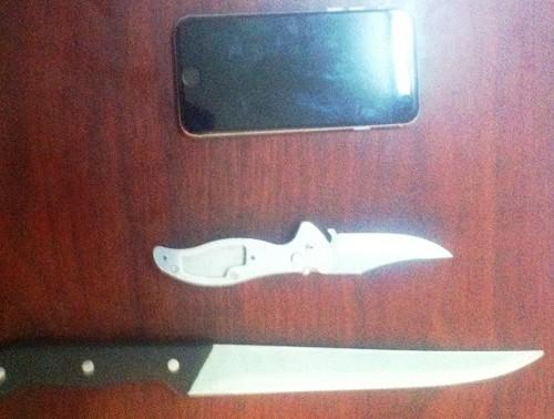 Ngồi tâm sự với bạn gái, bị gí dao cướp iPhone  - ảnh 2