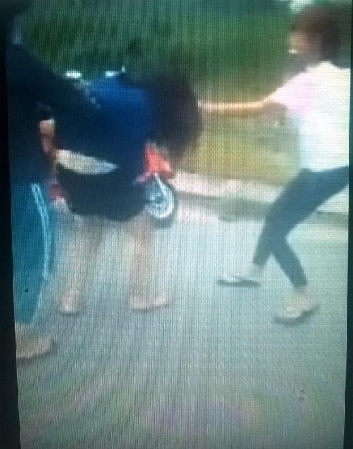 Vụ clip nữ sinh dùng gậy sắt đánh bạn: Có thể xử lý hình sự - ảnh 1