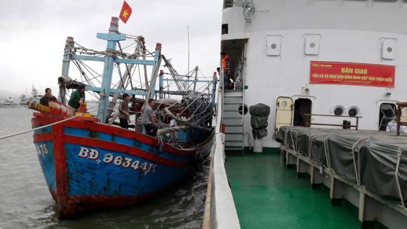 Tàu hải quân đưa 7 ngư dân bị nạn trên biển vào bờ - ảnh 1