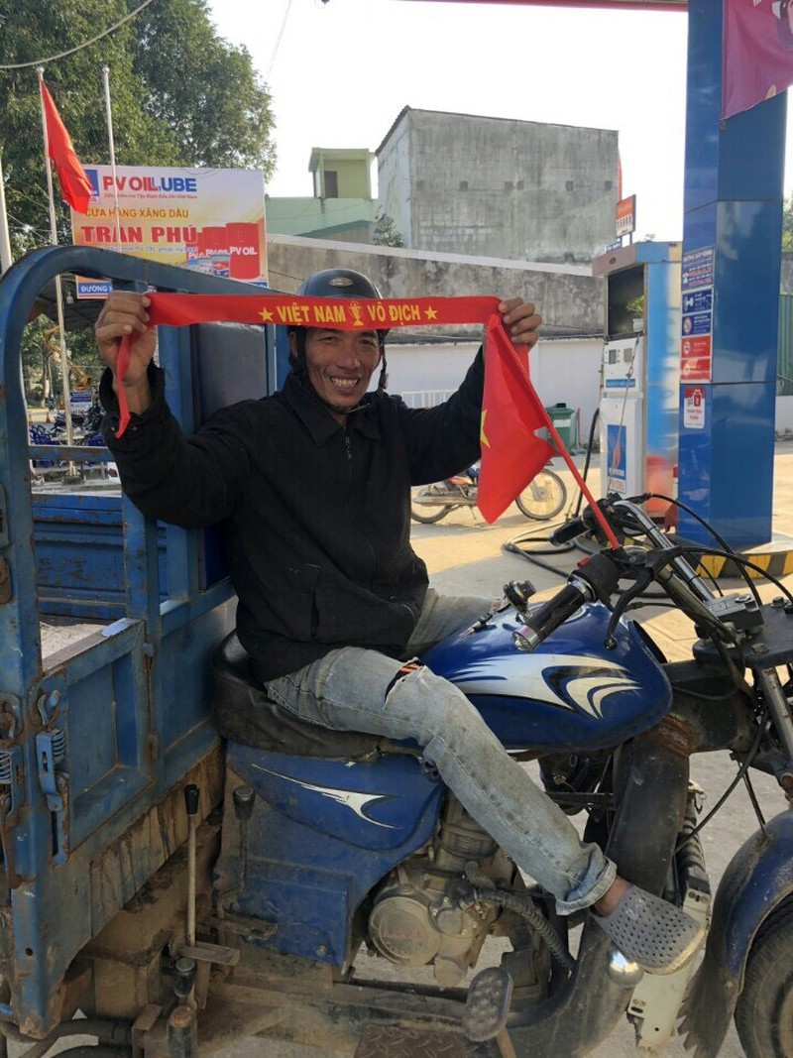 Đổ xăng, bất ngờ nhận băng đeo, stick dán cổ vũ U22 Việt Nam - ảnh 7