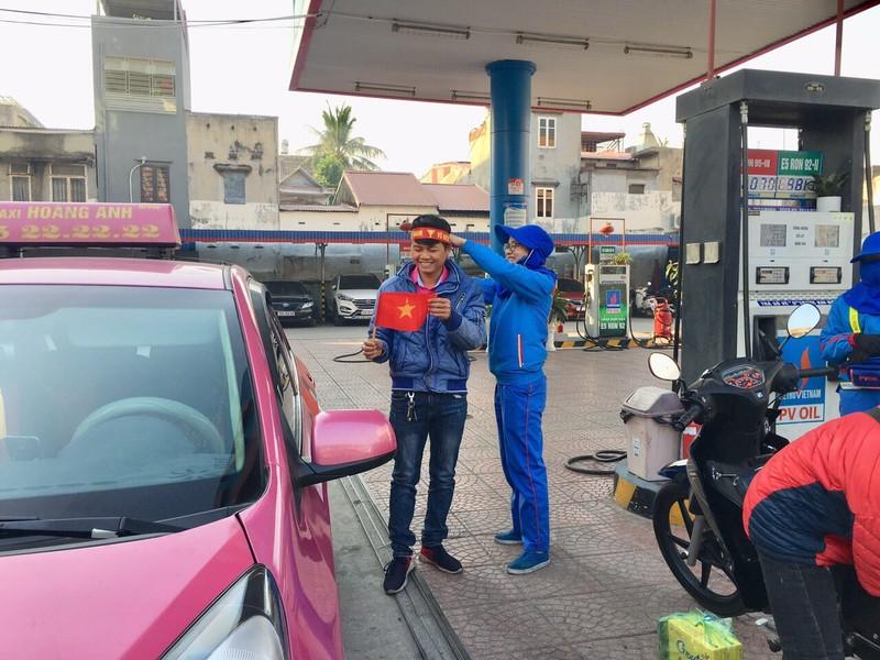 Đổ xăng, bất ngờ nhận băng đeo, stick dán cổ vũ U22 Việt Nam - ảnh 8