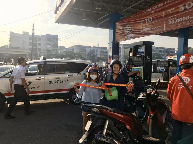 Đổ xăng, bất ngờ nhận băng đeo, stick dán cổ vũ U22 Việt Nam - ảnh 2