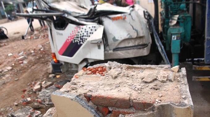 Vụ sập cổng TTVH huyện, 3 người tử vong: Trụ cột cổng không có cốt thép? - ảnh 1