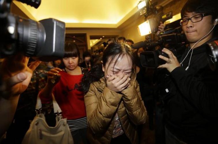 Hình ảnh thân nhân các hành khách ngóng chờ tin tức máy bay MH 370 - ảnh 11