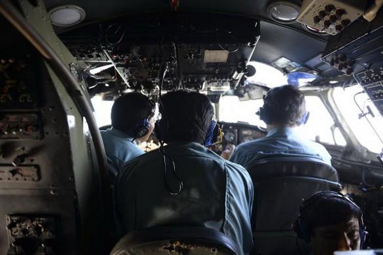 Hình ảnh thân nhân các hành khách ngóng chờ tin tức máy bay MH 370 - ảnh 3