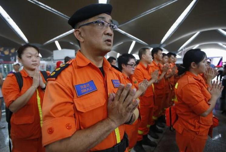 Hình ảnh thân nhân các hành khách ngóng chờ tin tức máy bay MH 370 - ảnh 8
