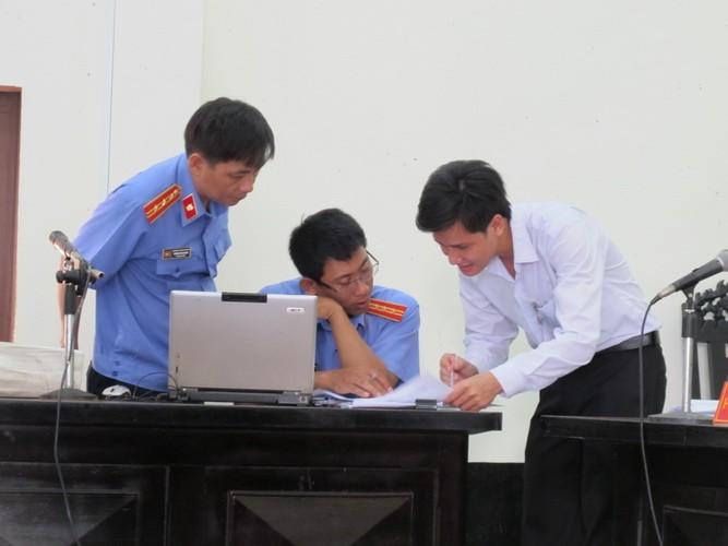 Nguyên giám đốc BV tâm thần tỉnh Tiền Giang biểu hiện bị tâm thần tại tòa  - ảnh 7
