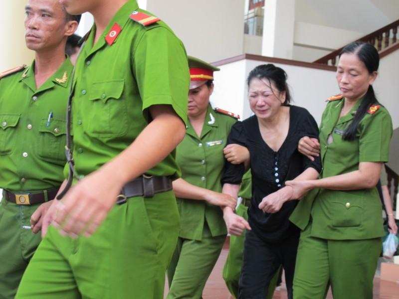 Nguyên giám đốc BV tâm thần tỉnh Tiền Giang biểu hiện bị tâm thần tại tòa  - ảnh 2