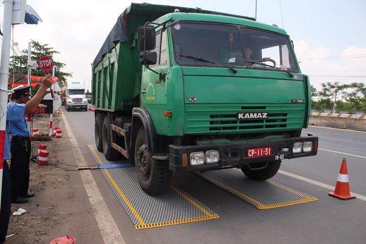 Trạm cân hoạt động, nhiều xe tải tìm cách đối phó - ảnh 1