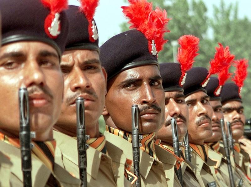 Quân đội Ấn Độ tăng cường phòng thủ dọc biên giới với Trung Quốc - ảnh 1