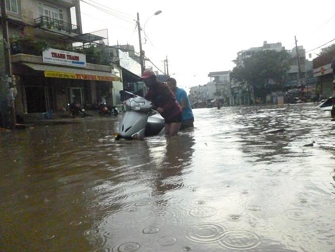 TP.HCM: cứ mưa to là ngập sâu - ảnh 2
