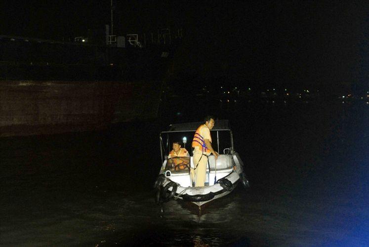 Xà lan gặp nạn trên sông Sài Gòn, một người mất tích - ảnh 4