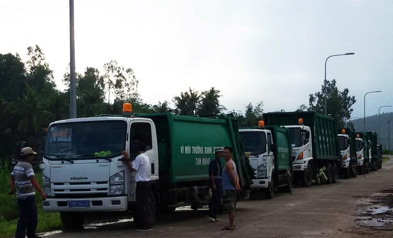 Dân chặn xe chở rác, buộc lãnh đạo tỉnh đối thoại - ảnh 1