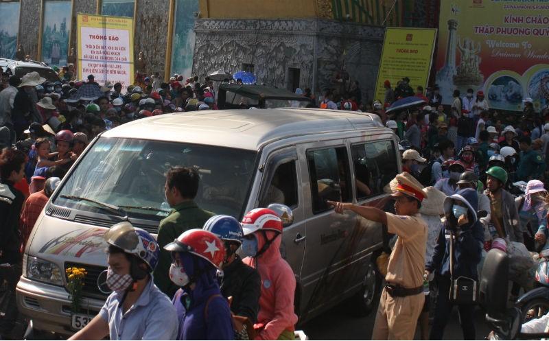 Nghẹt người đến thăm khu du lịch Đại Nam - ảnh 1
