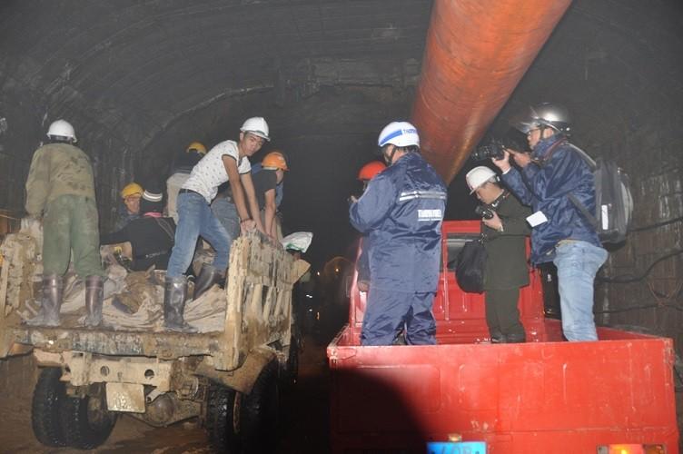 Sập hầm, ngày thứ ba: 12 công nhân có dấu hiệu suy giảm sức khỏe - ảnh 2