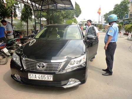 Trước đó, tại bến xe Miền Đông, Thanh tra giao thông cũng bắt một taxi Uber vừa không xuất trình được giấy tờ xe vừa vi phạm quy định kinh doanh taxi
