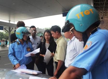 Thanh tra giao thông phạt 10 taxi Uber tại sân bay Tân Sơn Nhất - ảnh 1