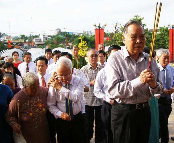 Nguyên Thủ tướng Phan Văn Khải dâng hương ở chiến khu An Phú Đông - ảnh 1