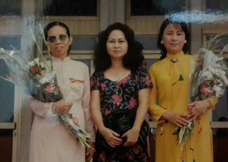 NSƯT Kim Cúc (ngoài cùng bên phải)