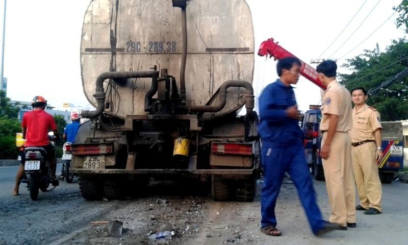 Xe bồn nổ lốp ủi dải phân cách bay hàng chục mét - ảnh 3