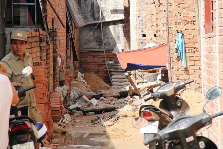 Tường tầng 3 đổ đè sập giàn giáo, một công nhân tử vong  - ảnh 2