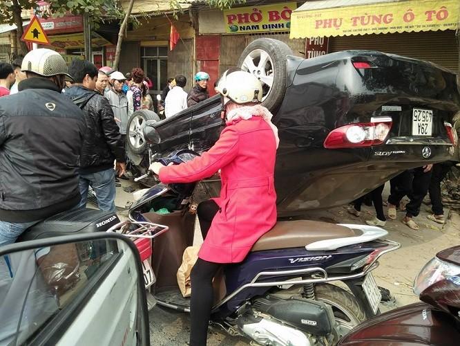 Va chạm với xe máy, ô tô lật ngửa giữa đường - ảnh 2